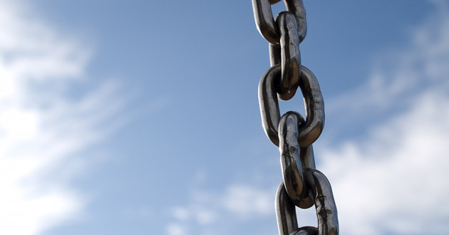 A metal chain against a backdrop of clouds: blockchain technology
